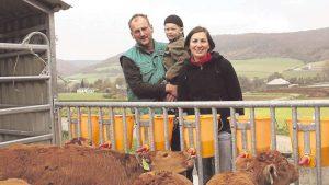 Stolze Rinderzüchter: Torsten Möller will in Zukunft von Milchkühen auf Mutterkuhhaltung umstellen. Seine Frau Tanja und Sohn Paul unterstützen ihn dabei. Die Limousin-Rinder im Vordergrund des Bildes sind das erste Ergebnis der neuen Zuchtidee der Familie. Foto: Kiele